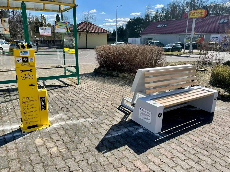 ławka solarna i stacja rowerowa